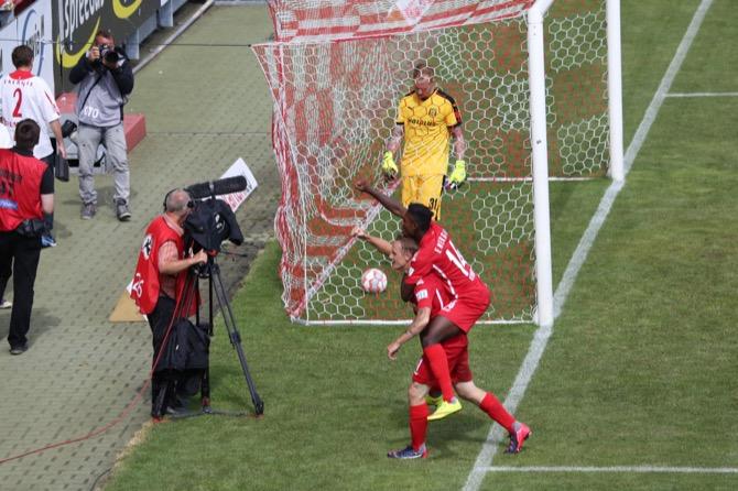 Cottbus besiegt Halle mit 2:0 - Spielbericht + Bilder