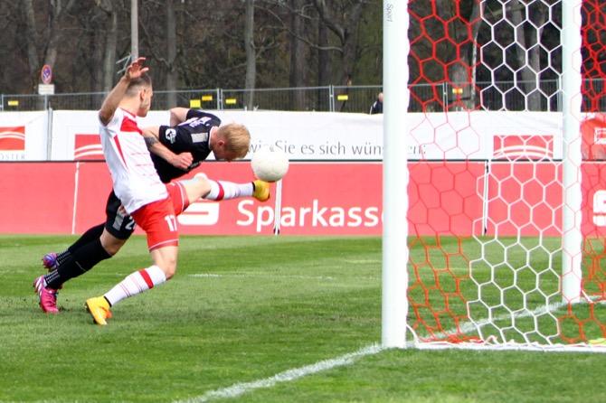 Halle gewinnt rot-weißes Ostderby in Erfurt - Spielbericht