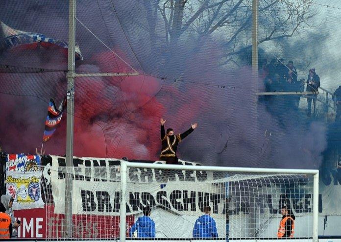 Kurvenshow der Kiel Fans in Frankfurt (Foto Huebner)