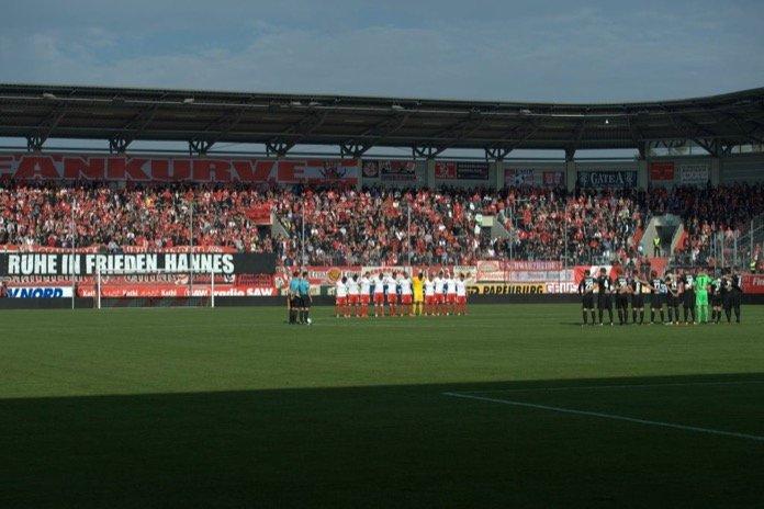 HFC Fans mit Spruchband beim ersten Spiel nach dem Tod des Fans (Volker Ballasch)
