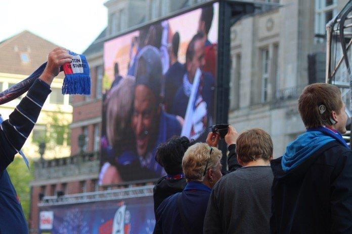 Störche feiern auf dem Rathausplatz