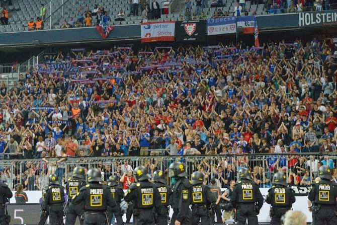 Kiel Fans beim Spiel gegen 1860 München (FOTOSTAND)