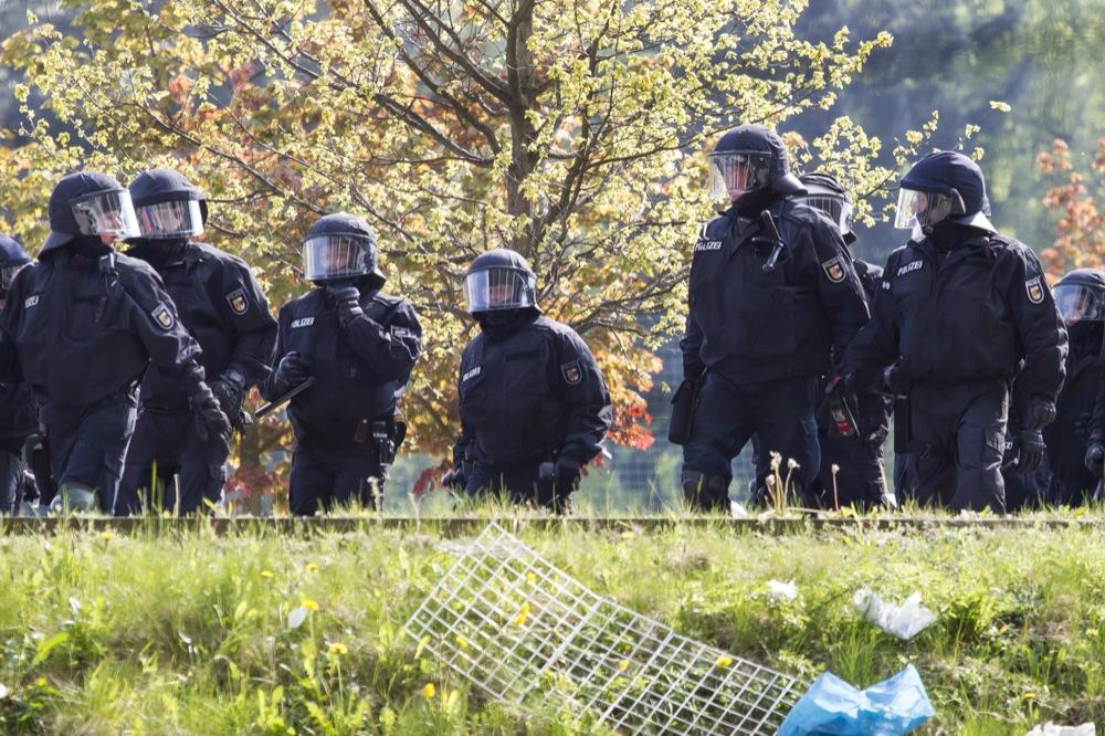 Auseinandersetzungen zwischen Besuchern und Polizisten beim Spiel Hansa Rostock gegen RB Leipzig