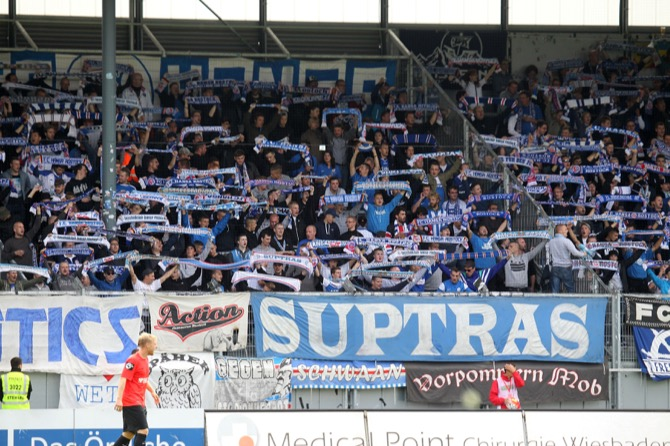 Rostock Fans in Wiesbaden (Foto Huebner)