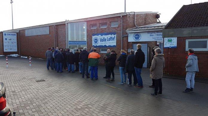 Der Verkauf der Tickets für die Dauerkartenbesitzer läuft auf Hochtouren. Schon vor der offiziellen Öffnung der Geschäftsstelle der Sportfreunde Lotte bildete sich eine Schlange von über 80 Fans.