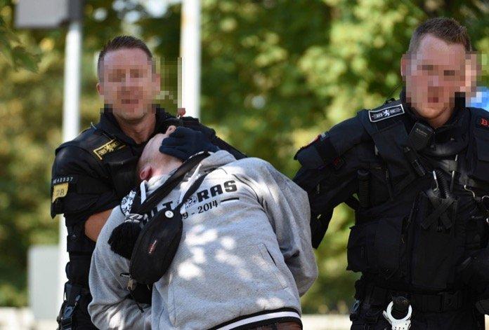 VfR Ultra wird von der Polizei abgeführt (Imago/Hartenfelser)