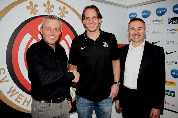 Auf gute und erfolgreiche Zusammenarbeit: der neue SVWW-Cheftrainer Rüdiger Rehm (m.) mit Sportdirektor Christian Hock (l.) und Geschäftsführer Dr. Thomas Pröckl. (Foto: svww.de)