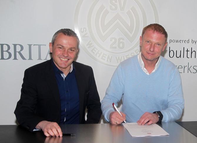 Vertragsunterschrift in der BRITA-Arena: Der neue SVWW-Cheftrainer Torsten Fröhling (r.) und Sportdirektor Christian Hock. (Foto: Severing/SVWW)