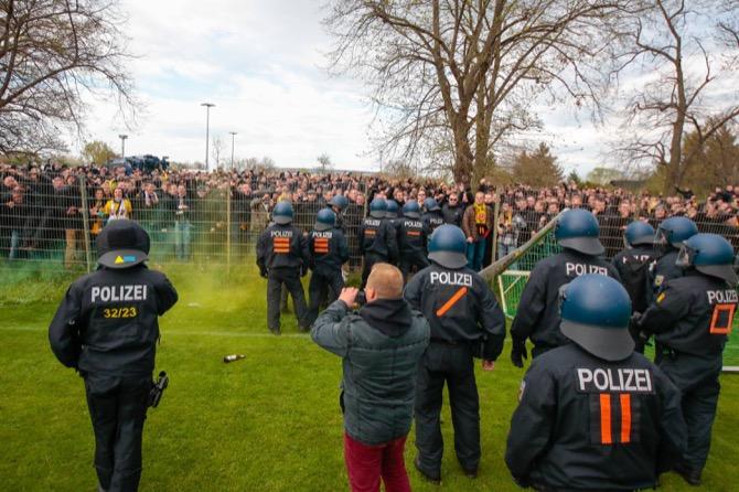 Polizei hält Dresden Fans zurück (Imago/foto2press)