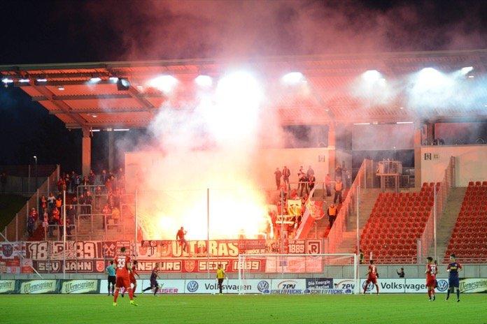 Regenburg Fans mit Pyroshow (imago/Eibner)
