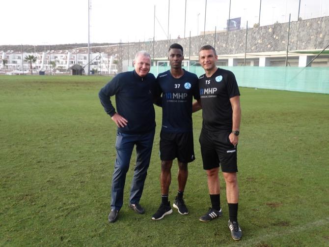 Kickers-Präsident Prof. Dr. Rainer Lorz, Stephané Mvibudulu, Kickers-Cheftrainer Tomislav Stipic (v.li.n.re.).