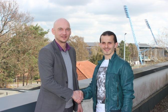 Markus Kompp (Vorstandsvorsitzender  F.C. Hansa Rostock) und Mittelfeldspieler Aleksandar Stevanović Foto: F.C. Hansa Rostock