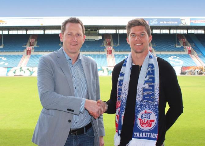 Christian Dorda (re.) mit Uwe Klein (Sportdirektor des F.C. Hansa Rostock) (Quelle: FC Hansa Rostock)