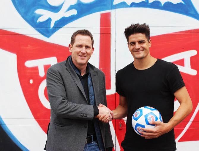Marcus Hoffmann (re.) mit Uwe KLein (Sportdirektor des F.C. Hansa Rostock) (Quelle: F.C. Hansa Rostock)