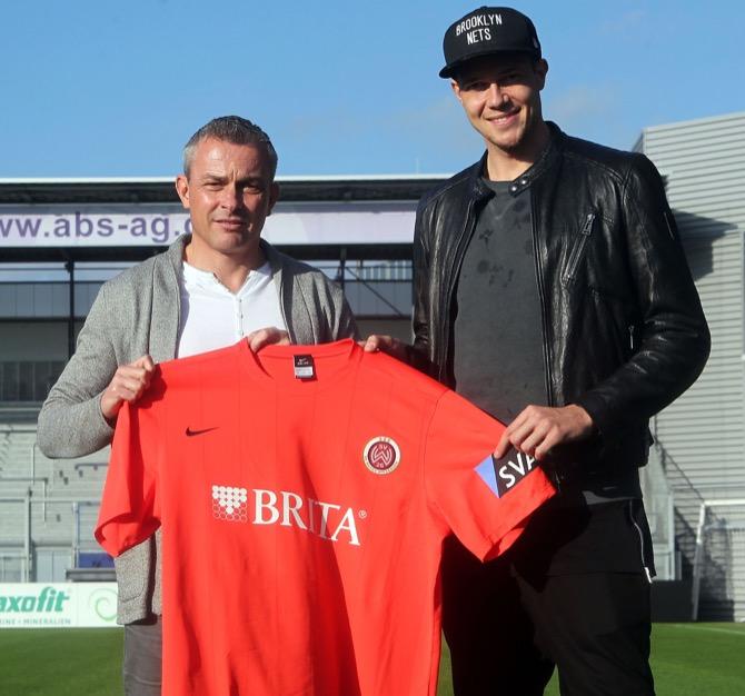 SVWW-Sportdirektor Christian Hock (l.) mit Neuzugang Steven Ruprecht in der BRITA-Arena (Foto: svww.de